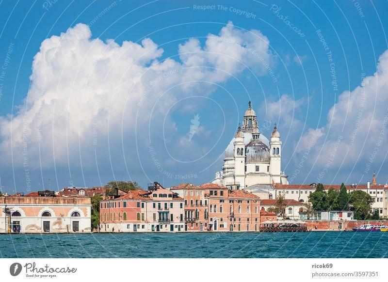Blick auf historische Gebäude in Venedig, Italien Santa Maria della Salute Kirche Urlaub Reise Stadt Architektur Barock Haus alt Bauwerk Votivkirche