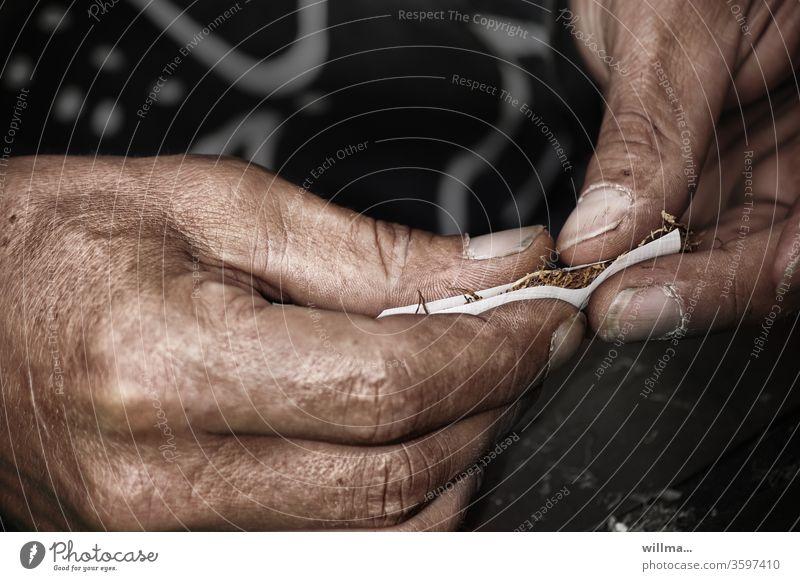 Zigarette drehen Hände Tabak Nikotin Papierrolle Raucher Tabakwaren Sucht Abhängigkeit ungesund gesundheitsschädlich Mann Zigarette selbst drehen Rauchen