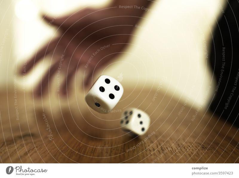 Fallende Würfel Glück Spielen Poker Tisch Erfolg Kapitalwirtschaft Börse Erwachsene Hand Holz Ziffern & Zahlen werfen Hoffnung gefährlich Spielsucht Konkurrenz