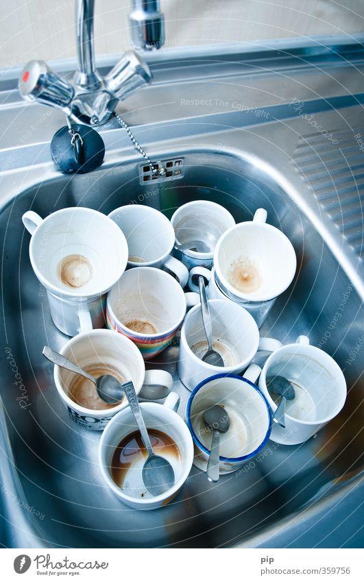 keine tassen mehr im schrank Küche Küchenspüle Wasserhahn Tasse Kaffeetasse Kaffeelöffel Geschirr trashig voll gebraucht dreckig leer alt Geschirrspülen