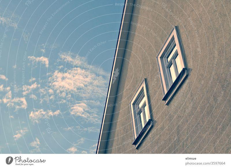 Teilansicht einer Hausfassade mit Dachrand und zwei Fenstern sowie Schönwetterwolken am Himmel Wolkenhimmel Spiegelung Holzfenster Froschperspektive Hälfte