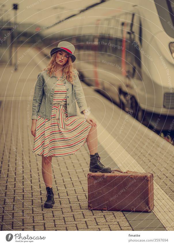 Frau mit Koffer auf dem Bahnsteig Reise Zug Ferien verreisen Urlaub Tourismus Gepäck Bahnhof Eisenbahn Verkehr Ferien & Urlaub & Reisen Passagier Station