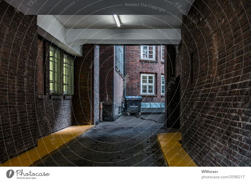 Hinterhof eines Kontorhauses, Backsteinexpressionismus Hamburg Innenhof Mülltonne Einfahrt Hof Kontorhausviertel Bürohaus Expressionismus Architektur Ausfahrt