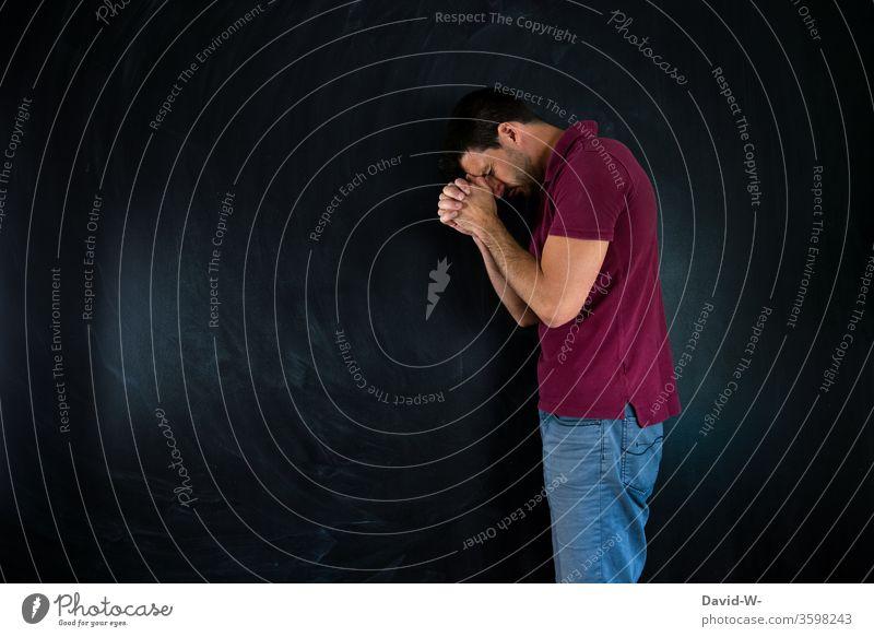 Mann - beten und hoffen Hoffnung betend glaube Religion Religion & Glaube Gebet Innenaufnahme Farbfoto ruhig Trauer Nahaufnahme Gott hoffnungsvoll bitten