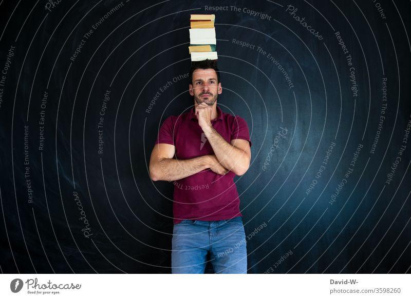 Mann - wissen Bücher männlich Bücherstapel Kopf balancieren balancierend nachdenklich lernen üben vorstellungskraft studieren Student Weise Bücherwurm Idee