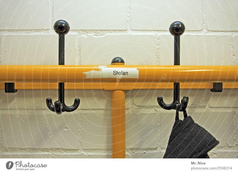 Stefan sein Platz ! Umkleideraum umkleidekabiene Umkleidekabine garderobe Garderobenhaken Haken Ordnung aufhängen gelb Namensschild Wand Sportstätten Bekleidung
