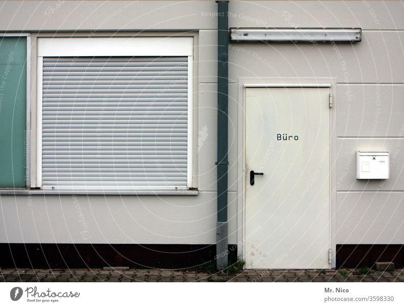 Feierabend Büro Bürogebäude Tür Fenster Fassade Gebäude Architektur geschlossen Briefkasten Neonlampe Schriftzeichen Schilder & Markierungen Abflussrohr