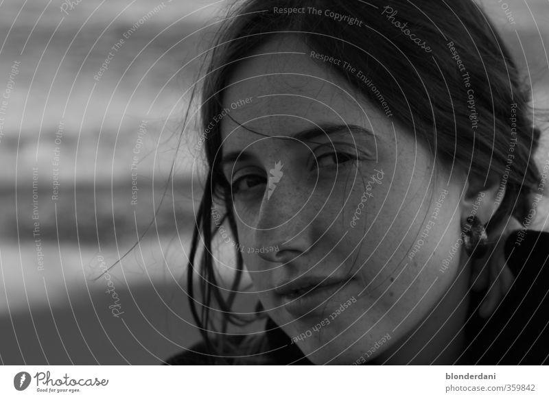 Zu dir oder zu mir? Mensch Frau Jugendliche schön Wasser Meer Mädchen Freude Erwachsene Gesicht Auge Liebe 18-30 Jahre feminin Haare & Frisuren grau