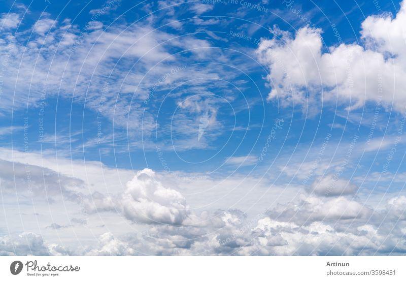 Weiße flauschige Wolken am blauen Himmel. Weicher Griff, der sich wie Baumwolle anfühlt. Weißer Umhang mit flauschigen Wolken und Platz für Text. Schönheit in der Natur. Nahaufnahme von weißen Kumuluswolken mit Texturhintergrund. Himmel an einem sonnigen Tag.