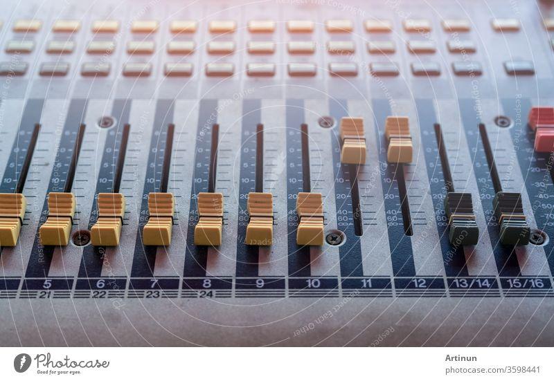 Audio-Sound-Mischpult. Tonmischpult. Tonmischpult im Aufnahmestudio. Tonmischpult mit Fadern und Einstellknopf. Tontechniker. Tonmischpult zur Steuerung des Rundfunks