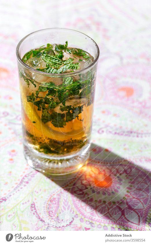 Eistee mit Zitrone und Minze in Gläsern auf dem Tisch kalt Tee trinken Café Erfrischung Zitrusfrüchte Getränk Glas cool Frucht Scheibe liquide Würfel lecker