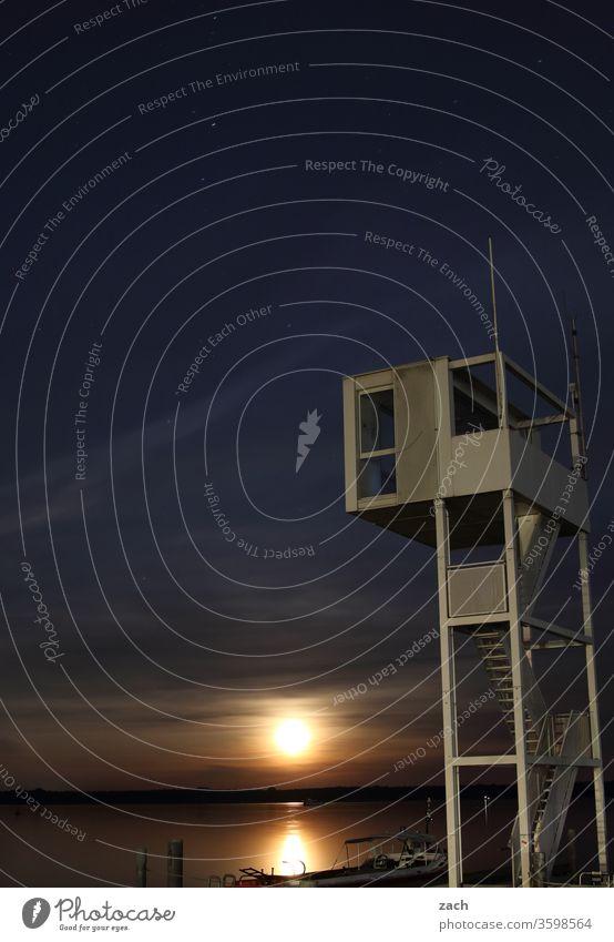 Vollmond am Abend an einem See mit einem Rettungsturm Mond Mondschein Mondaufgang Mondsüchtig Nacht Dämmerung Müggelsee Großer Müggelsee Wasser Berlin Turm