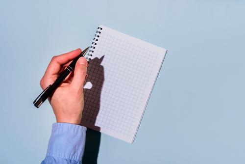 Schreiben mit der linken Hand im Notizblock links Linkshänder lefty linkshändig Schreibstift schreibend Bildung Schule Menschen Papier lernen Notebook Schüler