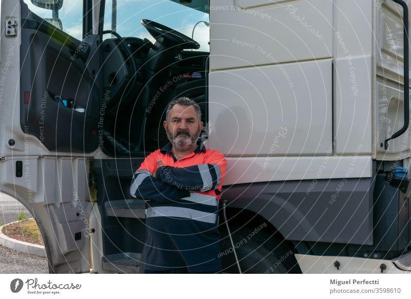 Lkw-Fahrer posiert mit offener Tür neben dem Lkw-Fahrerhaus Lastwagen Mann erfahrungen professionell Veteran hohe Sichtbarkeit Kabine Verkehr Transport Versand