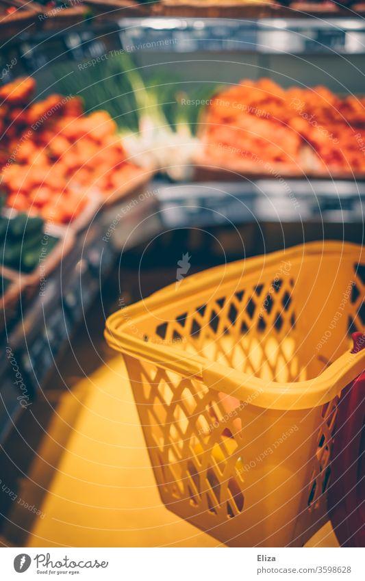 Einkaufskorb in der Gemüseabteilung im Supermarkt Einkaufswagen einkaufen Lebensmittel Obst Abteilung Konsum Einzelhandel gelb Kunde leer frisch