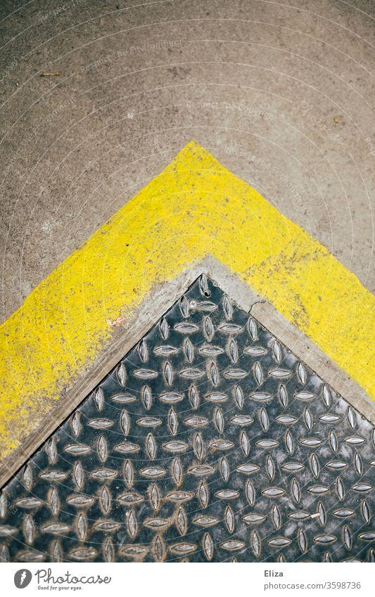 Schachtabdeckung mit gelbem Rand, Pfeil nach oben. signalfarbe Textur Muster urban grunge abstrakt Fläche Symbol Richtung Oberfläche richtungsweisen vorwärts