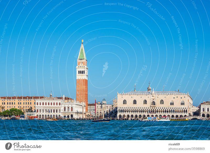 Der Markusplatz mit Dogenpalast und Markusturm in Venedig, Italien Palazzo Ducale Campanile di San Marco Piazza San Marco Urlaub Reise Stadt Architektur Barock