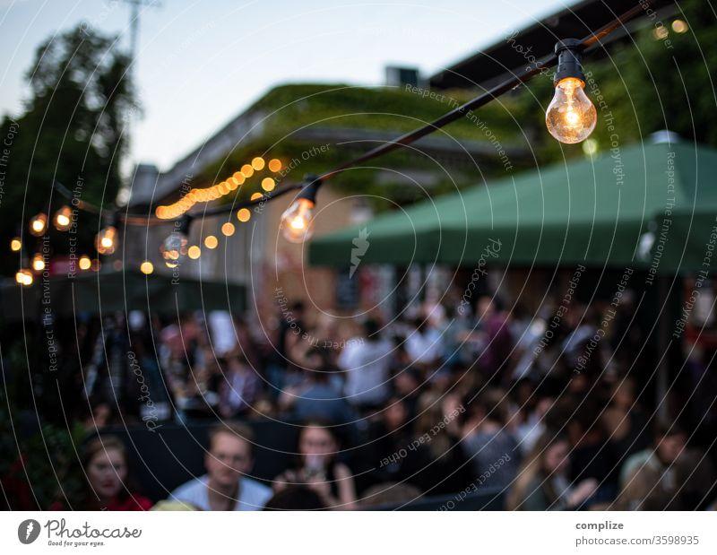 Urbaner Biergarten Dämmerung Glühbirne Lichterkette Idylle Terrasse Lampe Außenaufnahme Mauer Stadtrand Gastronomie trinken Flirten Feste & Feiern ausgehen