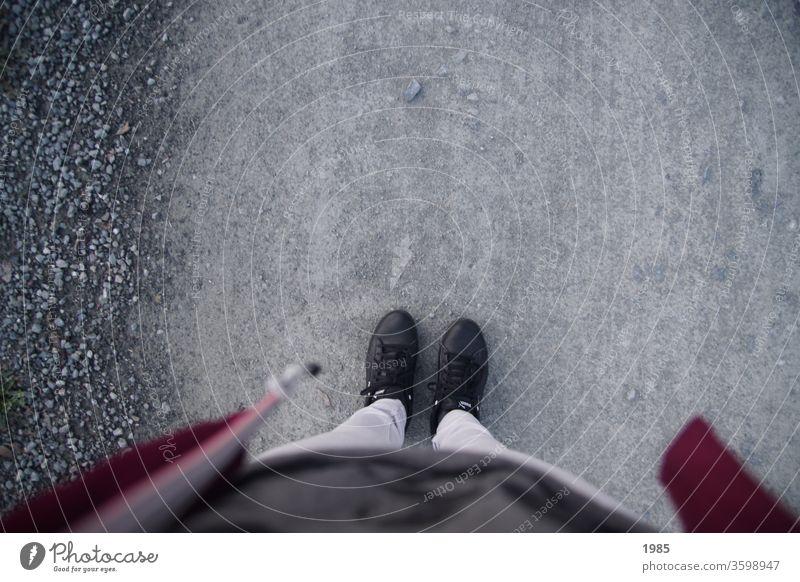 Die eigenen Füße beim Spaziergang erkundet :) Kies Schuhe schwarz grau Bordaux dunkelgrau Beine Jacke Frau Außenaufnahme weiblich stehen füße Kiesweg Spazierweg