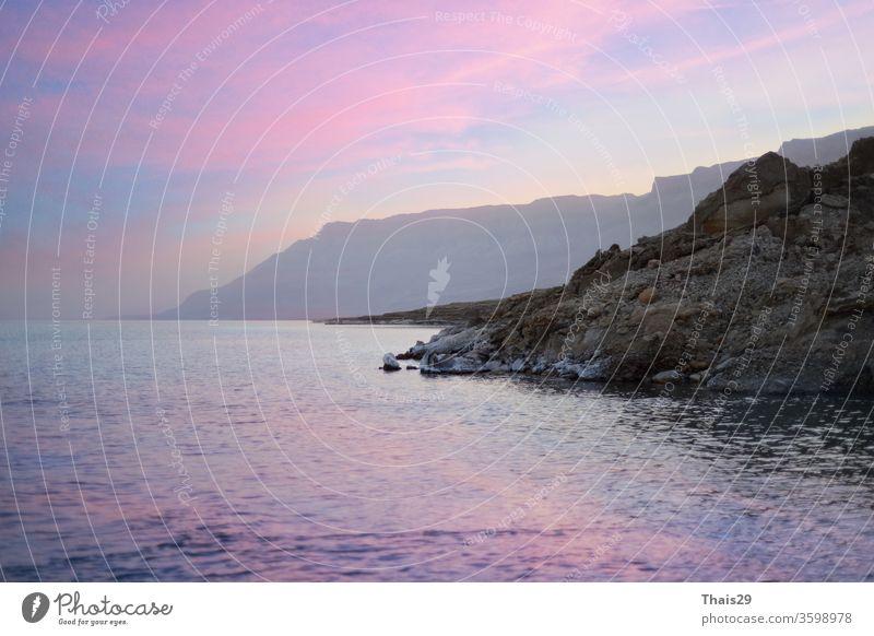 Sonnenuntergangshimmel an den Strandbergen am Toten Meer See niemand malerisch wüst Israel im Freien Gesundheit Salz Urlaub Land tot Mineral Jordanien