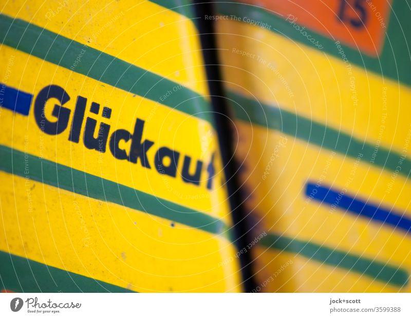 wünsche Dir Glück DDR Wegweiser Schilder & Markierungen Hinweisschild Strukturen & Formen abstrakt Stil Design retro Detailaufnahme lackiert Ostalgie Wort gelb
