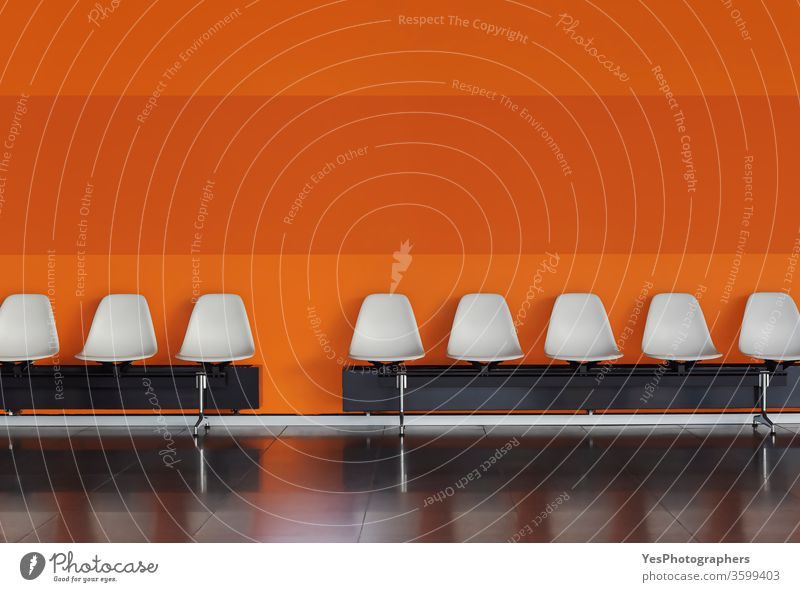 Leere Stühle in einer Reihe Weiße Stühle an der orangefarbenen Wand. Flughafen verbündet Publikum Business Stuhl Sauberkeit bequem Unternehmen Zeitgenosse Gang