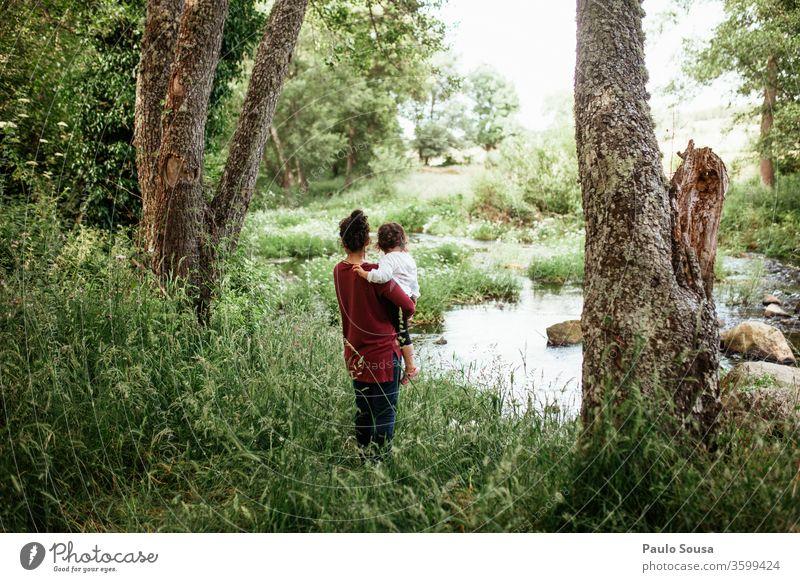 Mutter und Tochter beobachten Fluss Mutterschaft Zusammensein Zusammengehörigkeitsgefühl Familie & Verwandtschaft Kind Glück Lifestyle Lächeln Freude Erwachsene