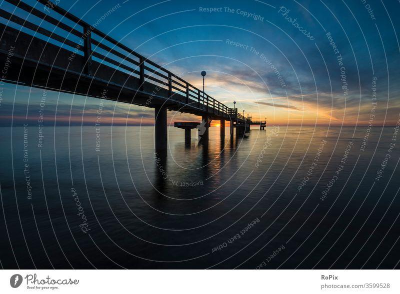 Seebrücke von Rerik im Abendrot. Strand beach Küste Meer sea Ozean Sandstrand Buhnen Pfahl pfähle strandbefestigung Natur Naturgewalten Gezeiten tides Sommer