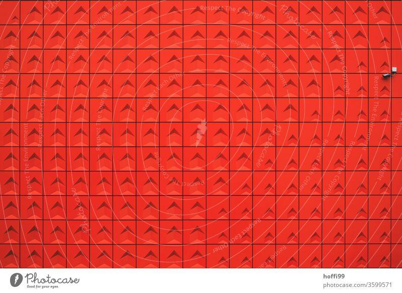 rote Wand mit Überwachungskamera rote wand Fassade Fassadenverkleidung rote fassade observieren überwachen minimalistisch Minimalismus Moderne Architektur