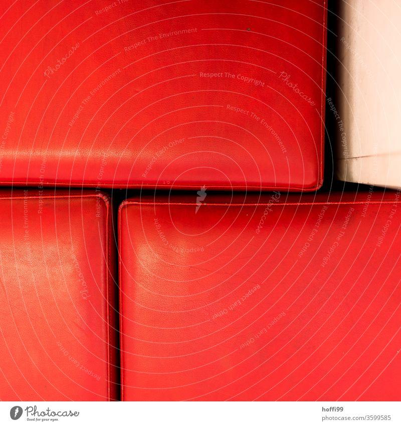 fragmentierte rote Sitze rote fläche Sitzgelegenheit Hocker Stuhl Möbel Sessel Polster Leder Ledersitz Muster Strukturen alt sitzen Sofa