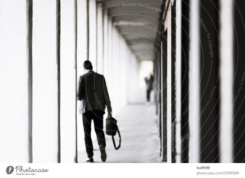Mann geht nach der Arbeit nach Hause büro Säulengang Arkaden Laptop Aufgabe Computer Büro Business Technik & Technologie arbeiten Internet Notebook Person
