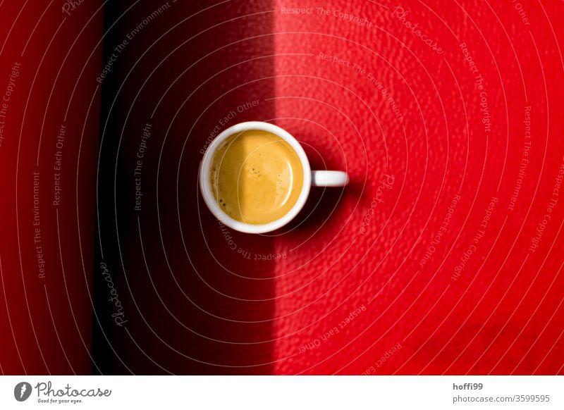 Espresso auf einem roten Sofa Kaffee Tasse Getränk Kaffeepause trinken Kaffeekanne gemahlener Kaffee Koffein aromatisch Frühstück Lebensmittel heiß rotes Sofa