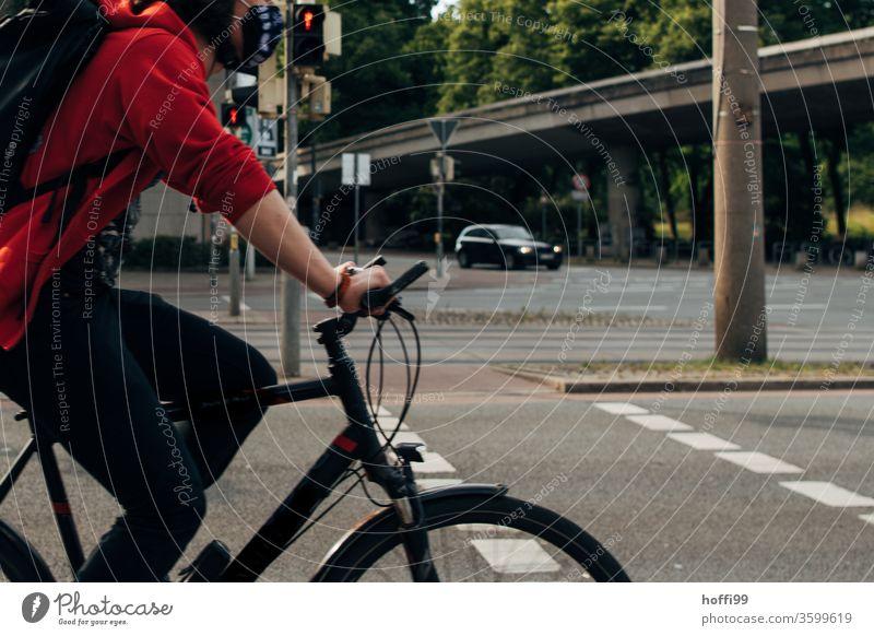 Fahrradfahrer fährt durch Bild Fahrradfahren Vogelperspektive Radweg Mann Straße Aktion Erwachsene Wege & Pfade Gesundheit Außenaufnahme Sport Lifestyle Verkehr