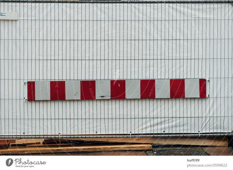 Baustelle mit blickdichter Absperrung und Gitterzaun Barke rot weiß Plane Barriere Bauzaun Sicherheit Strukturen & Formen Zaun Metall Muster Außenaufnahme