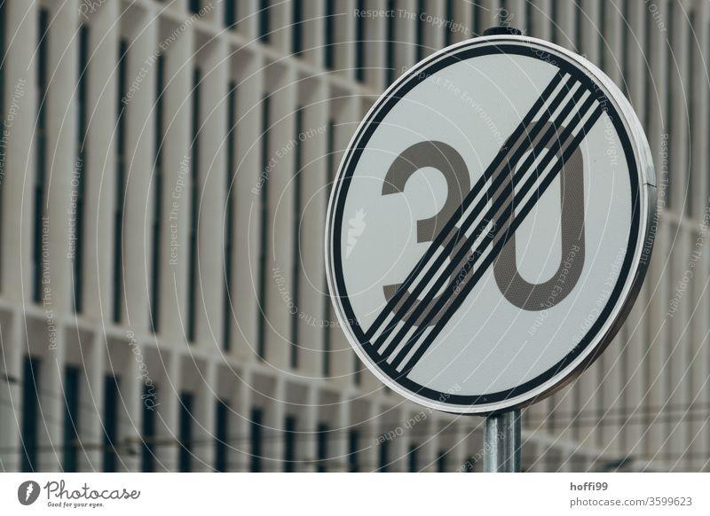Tempo 30 Ende Verkehrsschild Verkehrsmittel 30er Zone Verkehrszeichen Straße Schilder & Markierungen Wege & Pfade Menschenleer Hinweisschild Zeichen Stadt