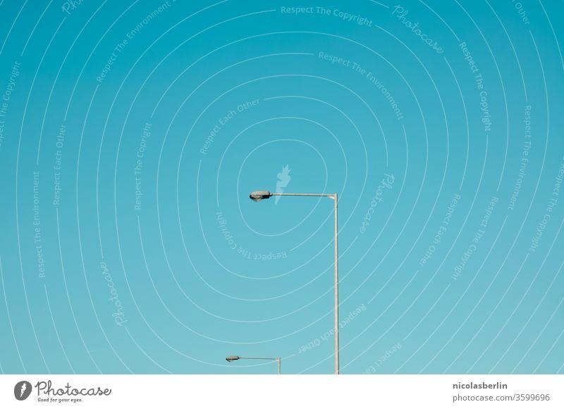 Straßenbeleuchtung und klarer blauer Himmel Beleuchtung Straßenausstattung Klarer Himmel Straßenlaterne Straßenlampe urban minimalistisch Minimalismus gradient