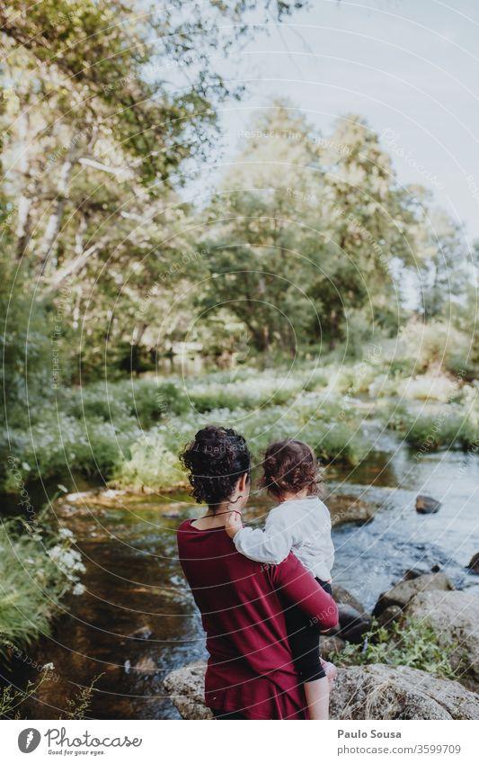 Mutter und Tochter beobachten Fluss Muttertag Mutterschaft Mutter mit Kind Zusammensein Zusammengehörigkeitsgefühl Reisefotografie reisen Liebe Eltern Frau