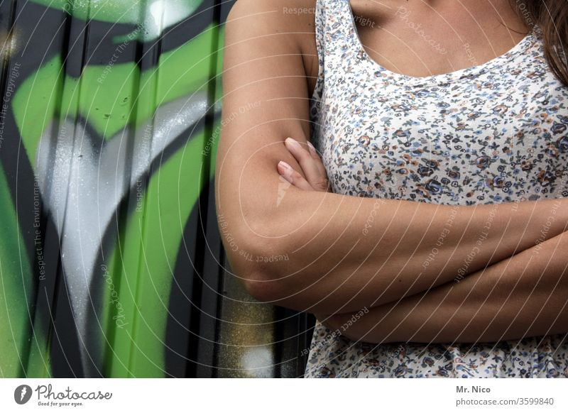 Ellenbogen raus arme verschränkt Frau Arme die Arme verschränkt Oberkörper Brust Unterarm Haut selbstbewußt unerkannt inkognito Coolness Kleid Oberarm Dekolleté