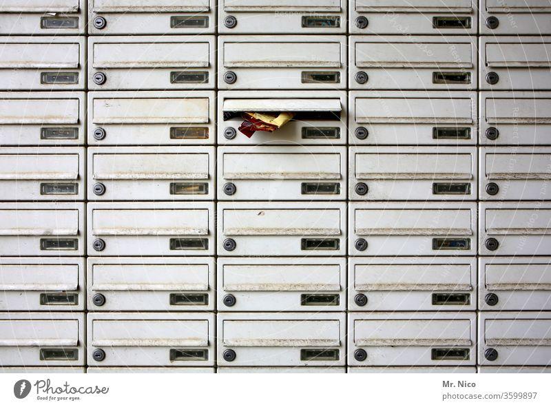 Posteingang Briefkasten Briefkastenschlitz briefkastenfirma anonym mietshaus Werbeprospekte Metall Detailaufnahme Kommunizieren Schlitz viele unerkannt