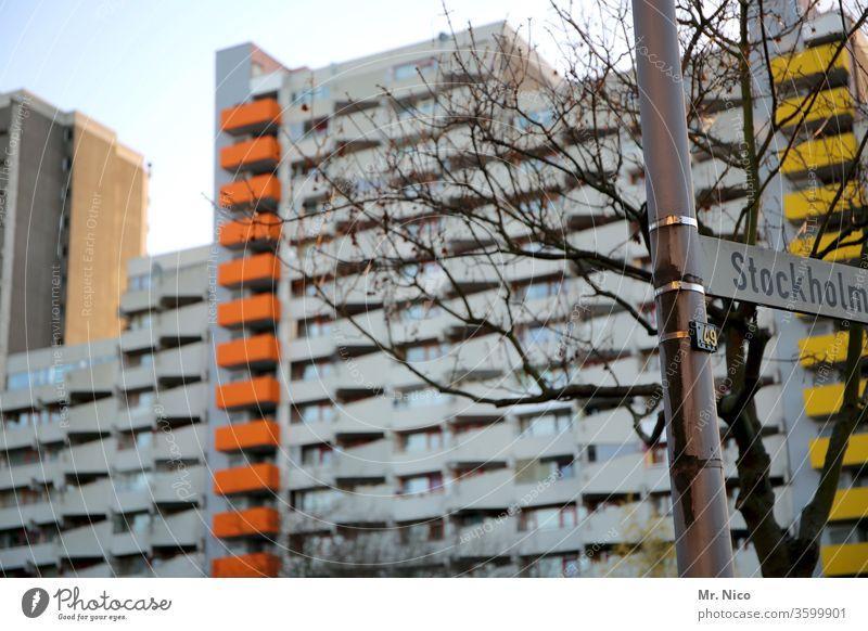 Stockholmer Straße Stadt Hochhaus Architektur urban Gebäude Stadtteil Plattenbau Schilder & Markierungen mehrstöckig Wohngebiet Wohnungssituation Köln Bauwerk