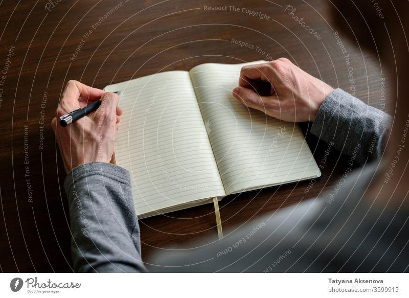Schreiben mit der linken Hand im Planer links Linkshänder lefty linkshändig Schreibstift schreibend Bildung Schule Menschen Papier lernen Notebook Schüler