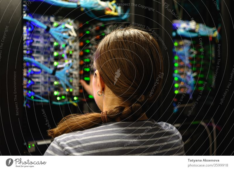 Netzwerktechnikerin in der Nähe eines funktionierenden Server-Racks Technik & Technologie Daten Ingenieur Frau Zentrum Internet System Ablage Anschluss Kabel