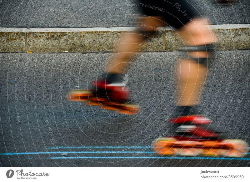 Inlineskaten zwischen Linien auf dem Asphalt Inline Skating Sport Freizeit & Hobby Inline skates Bordsteinkante Beine Bewegungsunschärfe fahren sportlich