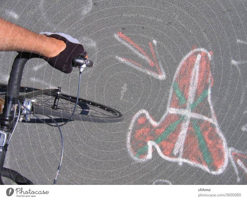 Jaizkibel Hondarribia Baskenland Küste Spanien Rennrad Berge u. Gebirge Sport Pass Straßenbelag Graffiti Flagge Farbfoto Außenaufnahme Fahrrad Lenker lenkerband