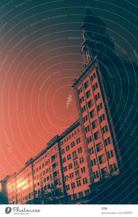 Rotstich #2 Frankfurter Tor Gebäude Rotfilter Weitwinkel bedrohlich Angst Strahlung Architektur Berlin Turm Abend Sonne Reflexion & Spiegelung
