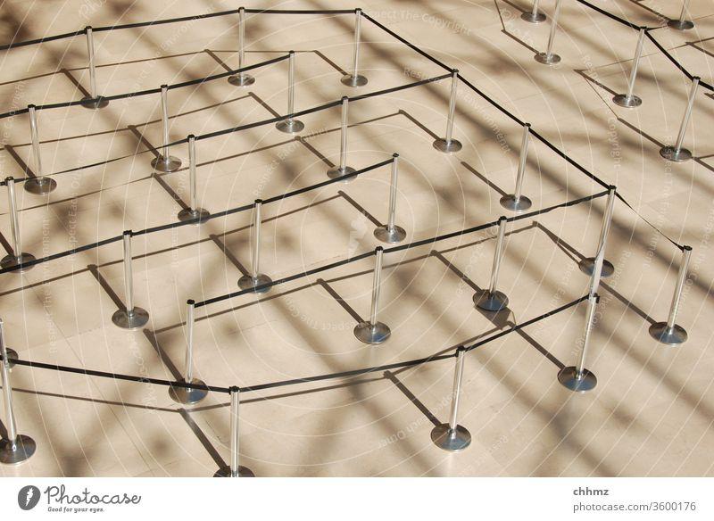 Labyrinth Irrgarten Wege & Pfade Schatten Absperrung Absperrband Führung Sicherheit warten Verwirrung Strukturen & Formen Schattenspiel Linie Museum