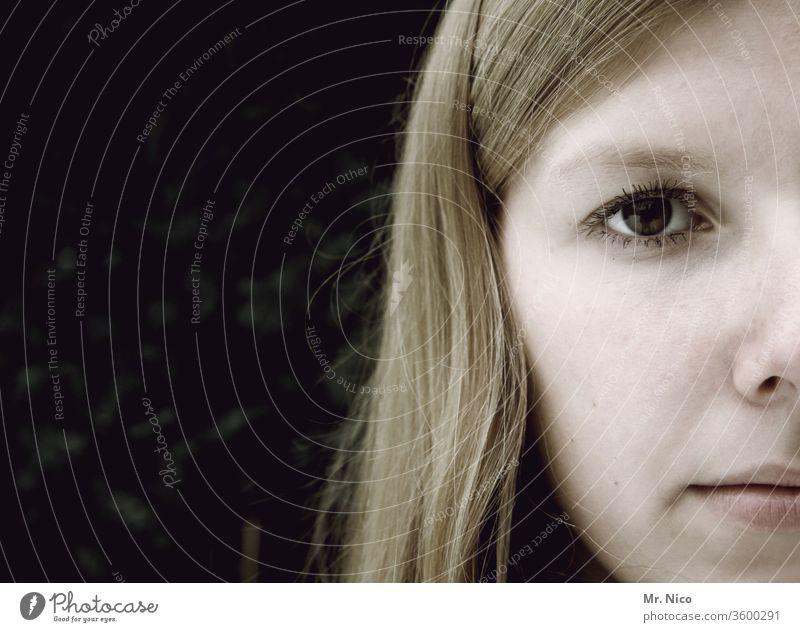 Gesichtshälfte Gesichtsausdruck Frau Blick Haare & Frisuren Auge Nase Mund blond Lippen Wange Porträt Mädchen schön Gesichtsausschnitt Blick in die Kamera