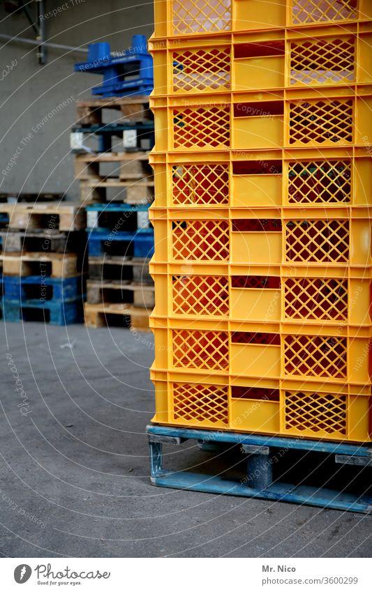 Paletten und Kisten Stapel stapeln Lager Güterverkehr & Logistik Handel Ware Ladung Arbeit & Erwerbstätigkeit Lagerhalle Rampe Großmarkt Spedition Versand