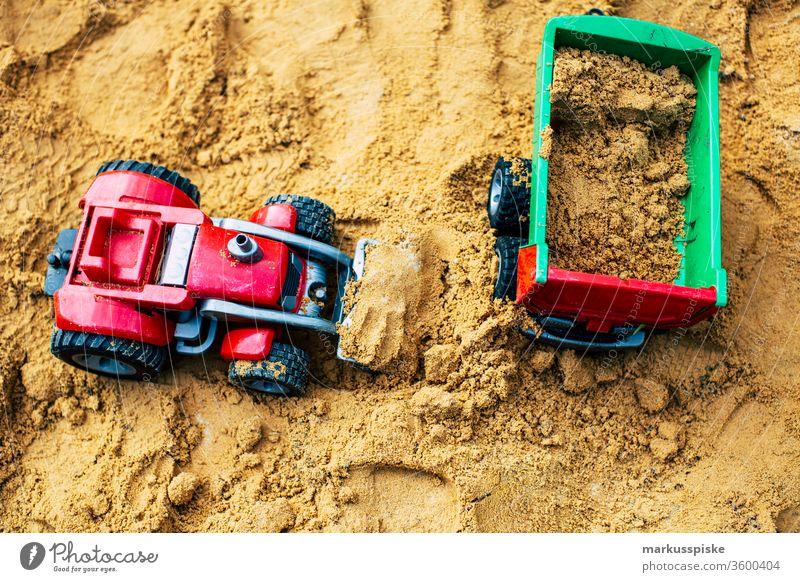 Kinderspielzeug im Sandkasten Spielzeug Fahrzeug Traktor Miniatur Landwirtschaft Kipper Plastik plastikspielzeug Kindergarten Spielen