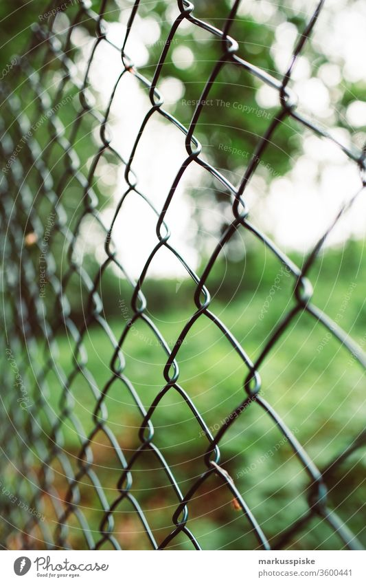 Zaun Grenze Abgrenzung Maschendrahtzaun Grundstück Grundstücksgrenze ausgesperrt Garten